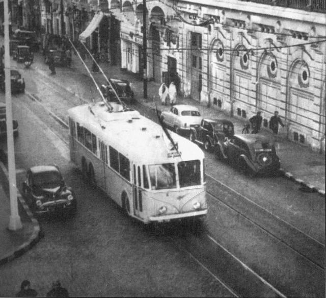 Vůz typu VA3 neznámého ev. č.patřící společnosti CFRA byl vyfotografován roku 1955 při průjezdu ulicí Alfred Lelluch (bývalá ulice Constantine). (foto: sbírka M. Benderra)