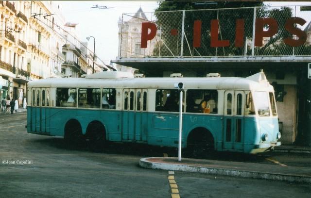 Snímek z alžírského Oranu pořízený v červnu 1966 zachycuje jeden z 15 vozů VA3, které původně působily v Alžíru u společnosti RSTA a našly nové působiště právě v Oranu. Původní barevné schéma bylo u nového provozovatele TEO (Transports Électriques d'Oran) zachováno.Vůz byl zvěčněn na náměstíPlace d'Armes (ex-Place du Maréchal Foch). (foto: Jean Capolini)