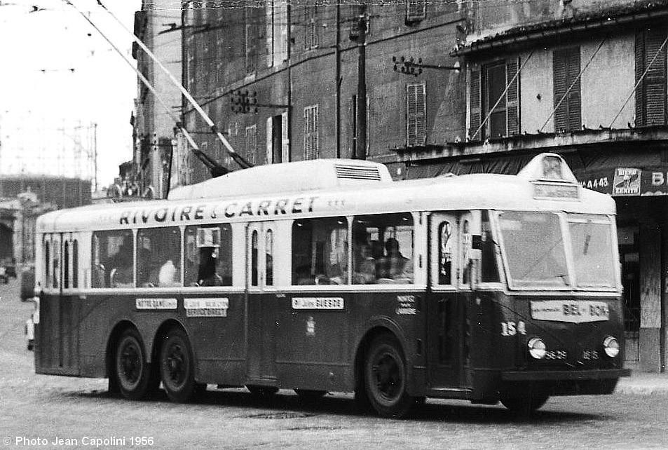 Na snímku ze září 1956 vidíme marseillský vůz typu VA3 ev. č. 154 na lince č. 26 při průjezdu náměstím Cazemajou. (foto: Jean Capolini)