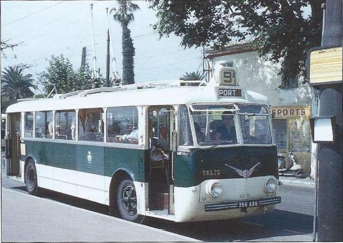 Niceský vůz ev. č. 75 se chystá vyjet na další spoj linky č. 9. (foto: Jean-Henri Manara)