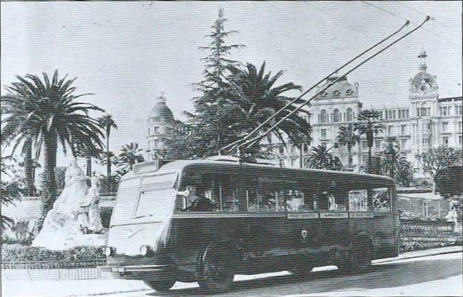 Niceský vůz typu CS 60 ev. č. 8 pózuje před památníkem královny Victoria. (foto: TRINDEL / archiv G. Mullera)