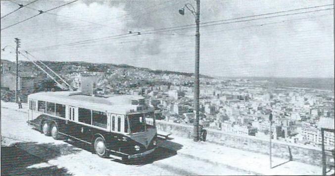 V Alžíru na třídě Bru, dnes nazývanéboulevard des Martyrs, vidíme prototypový vůz typu VA3, který měl uprostřed, na rozdíl od sériových vozů pro TA a CFRA,pouze dvoudílné dveře. Vůz byl zachycen roku 1948 na lince B.