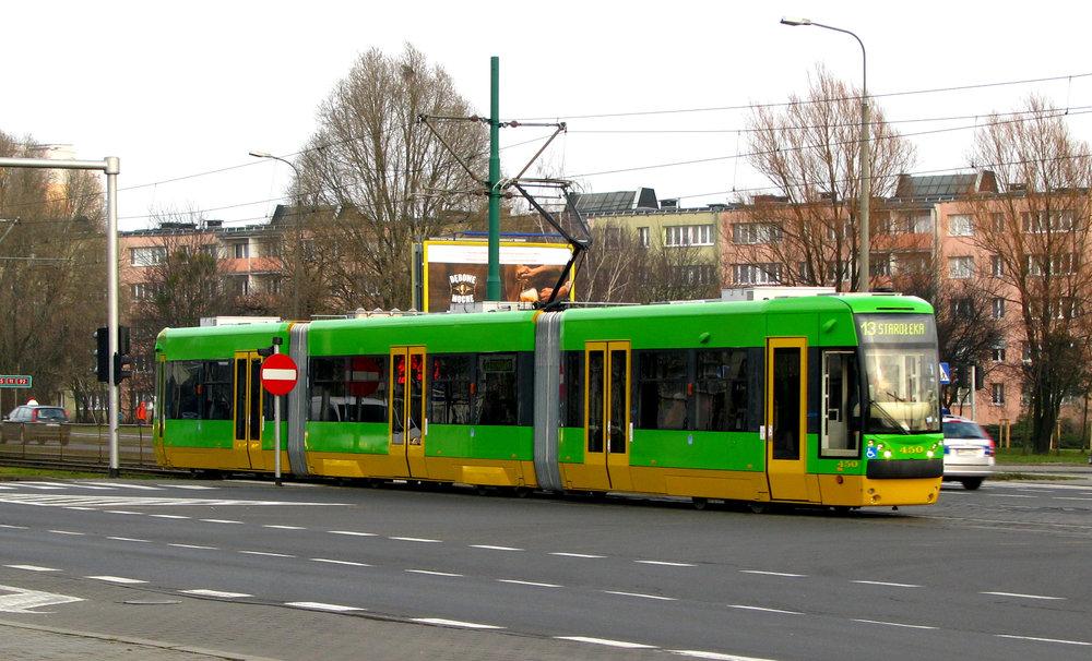 """Ne příliš úspěšný prototyp tramvaje 118N """"PUMA"""" od firmy H. Cegielski - Fabryka Pojazdów Szynowych. Vůz vyrobený v roce 2007 představuje poslední novou tramvaj z produkce poznaňské společnosti. (zdroj: Wikipedia.pl)"""