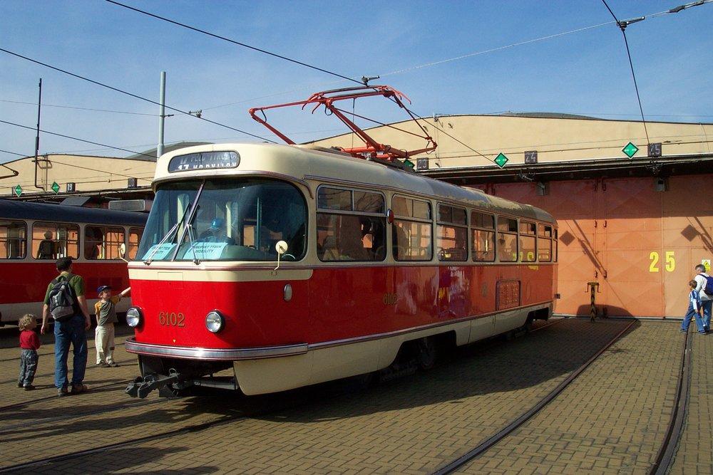 Vůz T3 ev. č. 6102 v areálu vozovny Hloubětín. (foto: Aktron/Wikimedia Commons)