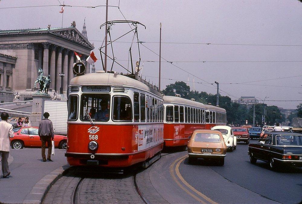 Pohled na tramvaj typu L4 ve Vídni. Stejný typ posloužil pro natáčení filmu o Jamesi Bondovi, jehož děj se odehrával částečněv Bratislavě. (foto: Wikipedia.org/TARS631)