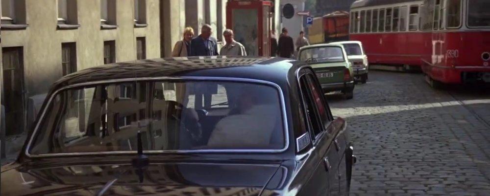 Na tomto záběru z filmu je možné vidět ev. č. 1390 na vlečném voze. Jaké bylo skutečné číslo tohoto vozu ve Vídni, se nám však bohužel dopátrat nepodařilo. (Převzato z filmu Dech života/The Living Daylights)
