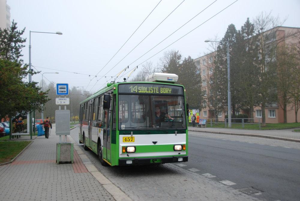Poslední plzeňskývůz typu Škoda 14 Tr (resp. po modernizaci Škoda 14 TrM) ev. č. 457 na konečné Sídliště Bory. (foto: Libor Hinčica)