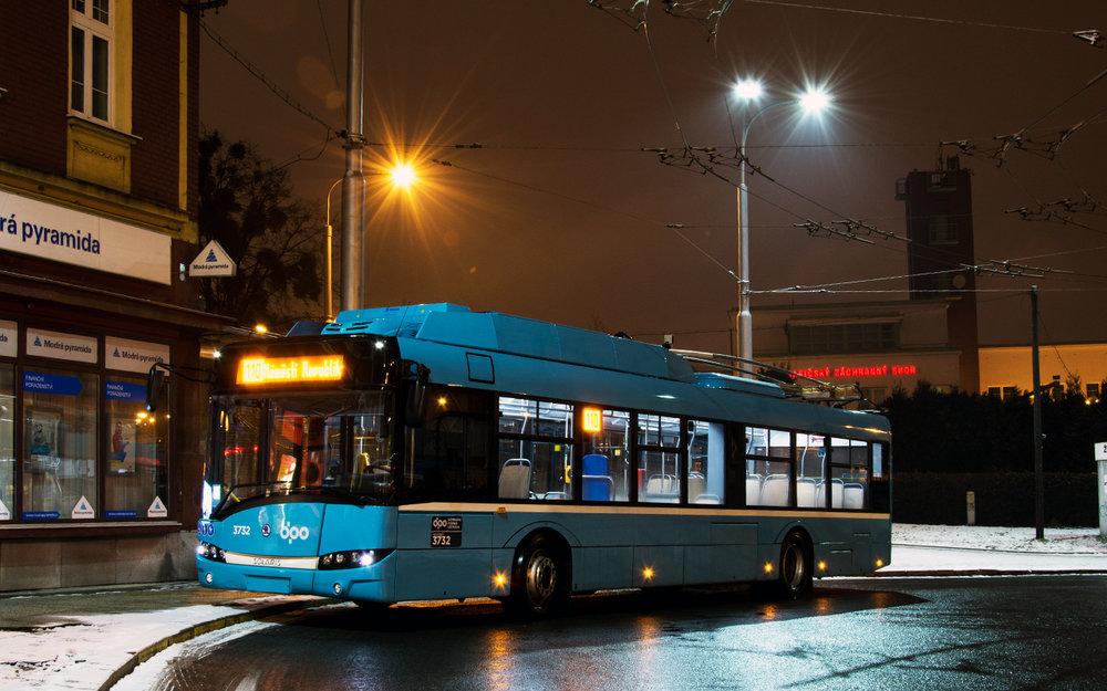 Trolejbus Škoda 26 Tr ev. č. 3732 na smyčce Náměstí Republiky. (foto: Marek Beneš)
