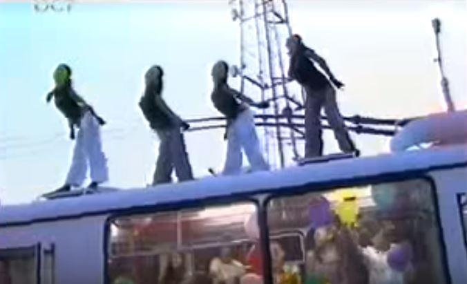 """Skupina Jondozzar ve svém klipu vytvořeném roku 2009 v rámci pořadu """"Štastný trolejbus"""" rozpoutala v trolejbuse hotovou pařbu, tančilo se i na jeho střeše. Jedná se zřejmě o ufské vozidlo. (repro: YouTube / autor: footil ;BST)"""