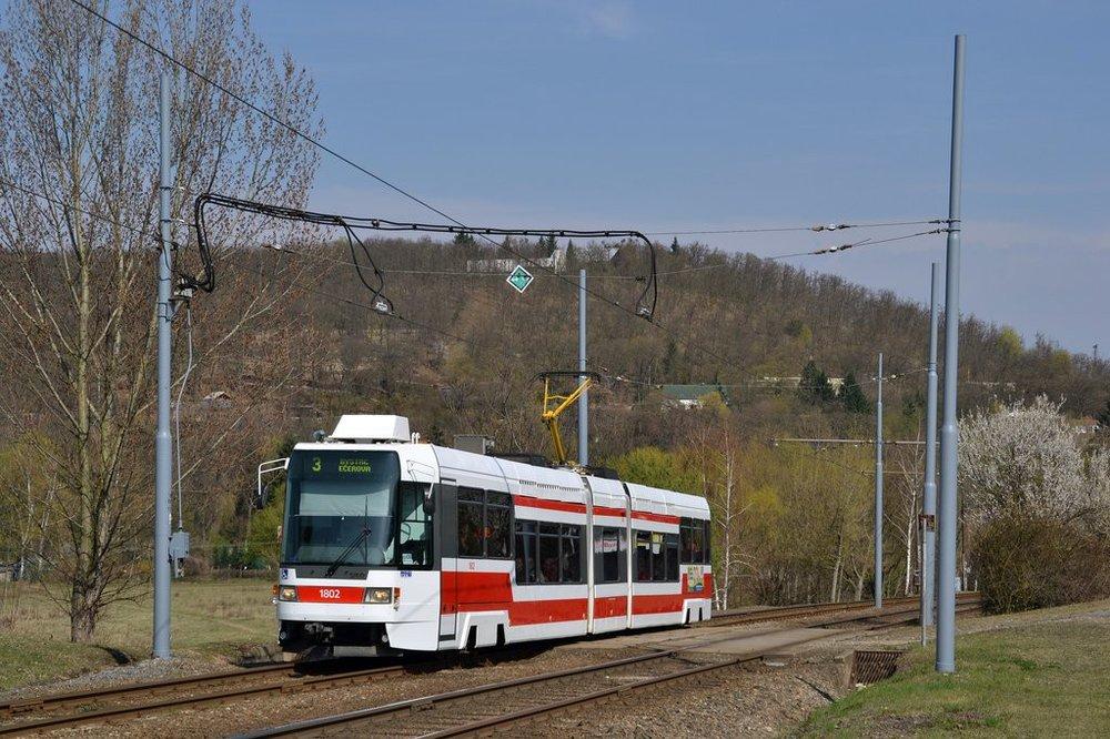 V dubnu 2011 zachytil fotograf vůz RT6N1 ev. č. 1802 v Brně-Bystrci na lince č. 3. (foto: Ing. Jiří Černý)