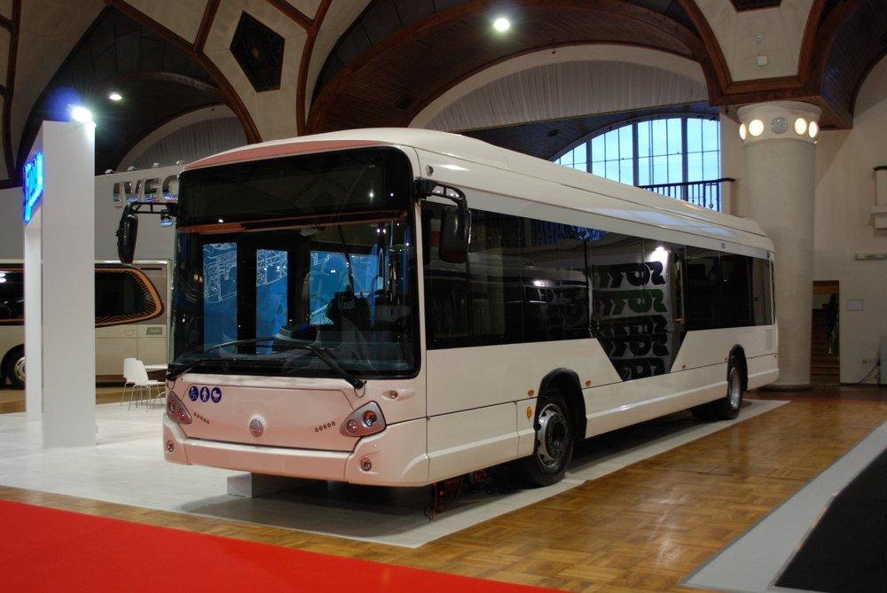 Bíle lakovaný elektrobus délky 12 m a ne starší než 12 měsíců má k dispozici například Škoda Electric. Prototyp jejího nového elektrobusu Škoda E'CITY ovšem není momentálně ještě schválen do provozu a probíhají na něm testy. (foto: Libor Hinčica)