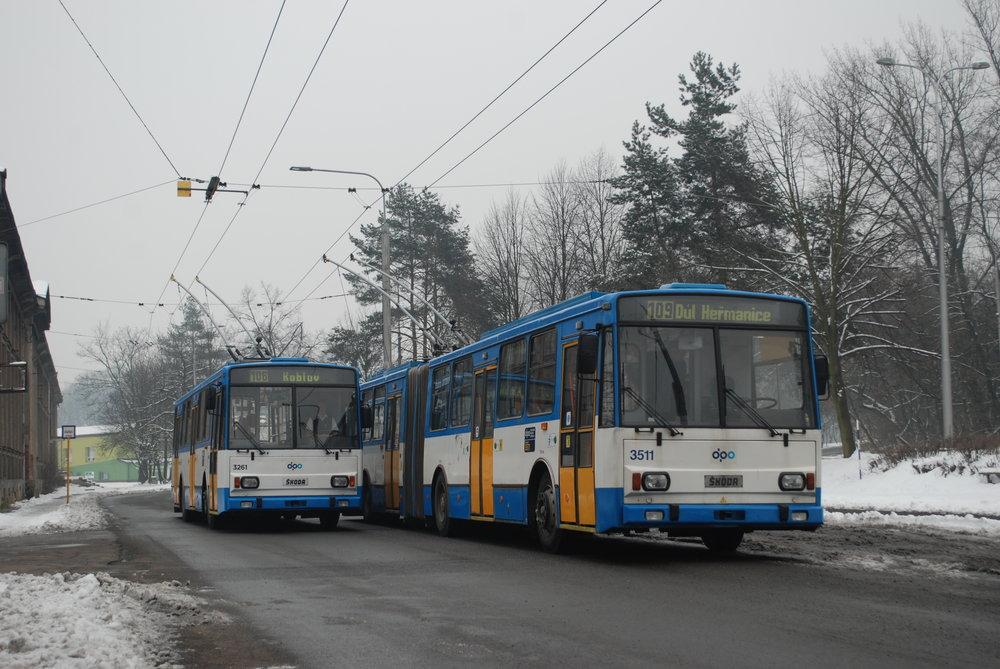 Trolejbusy Škoda 15 Tr ev. č. 3511 a Škoda 14 Tr ev. č. 3261 na konečné Důl Heřmanice. (foto: Libor Hinčica)
