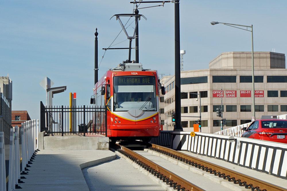 Tramvaje dnes končí na mostě, který překonává koleje vlakového nádraží. (zdroj: Wikipedia.org)