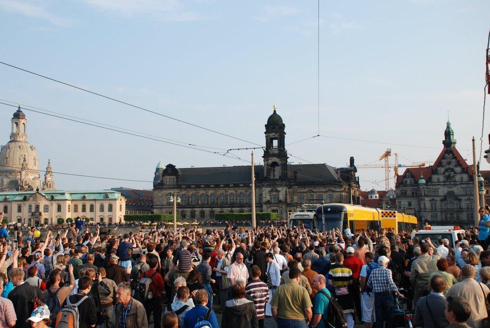 I takto může vypadat rozlučka se starými vozidly. V Drážďanech přilákal symbolický konec tramvají Tatra T4D v roce 2010 tisíce lidí.(foto: Libor Hinčica)
