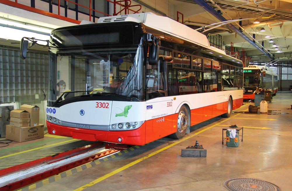 První parciální trolejbus Škoda 26 Tr ev. č. 3302 dorazil do Brna. (foto: DPMB)