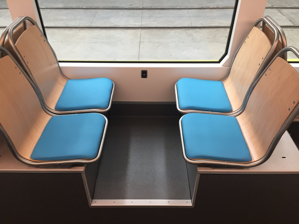 Čtveřice sedadel nad podvozky s USB porty pro nabíjení v bočnici.(foto: Libor Hinčica)
