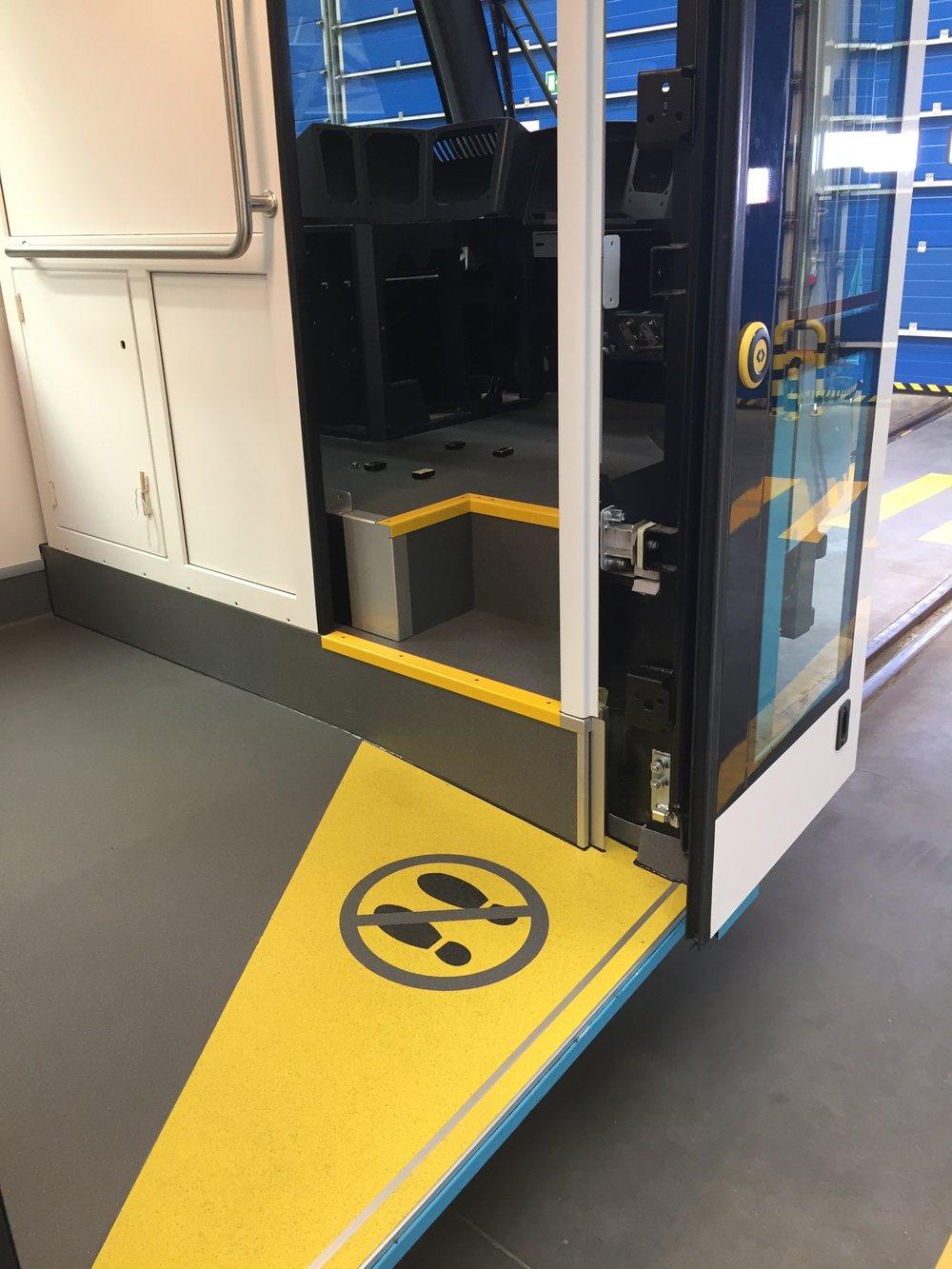 Nástup prvními dveřmi a přístup na stanoviště řidiče. (foto: Libor Hinčica)