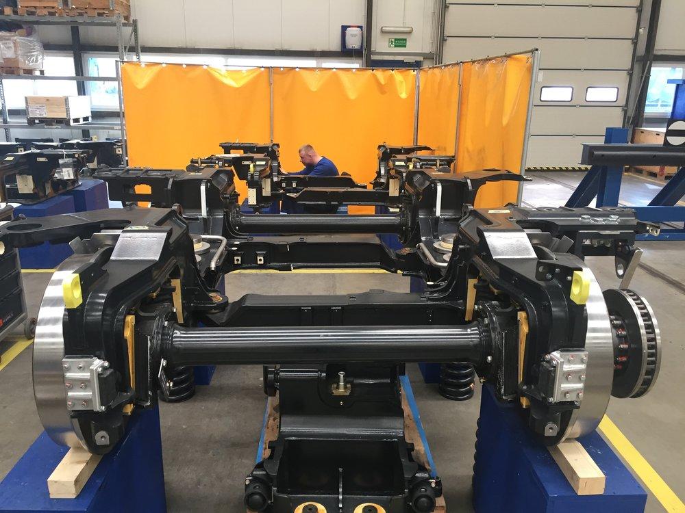 Podvozky se vyrábějí ve Španělsku, motory pocházejí z Rakouska, převodovky z ČR. (foto: Libor Hinčica)