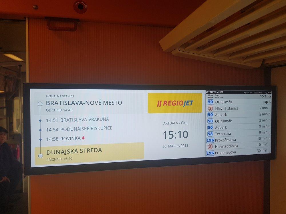 Vychytávky pro cestující. Panely ukazují návazné odjezdy bratislavské MHD v reálném čase. (foto: RegioJet)