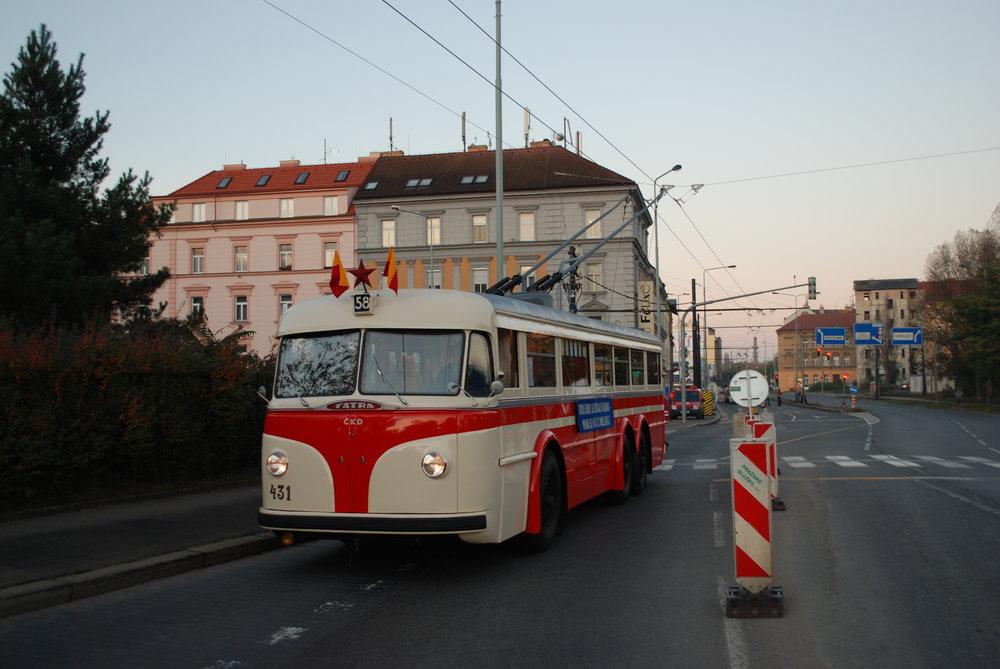 Zahájení trolejbusové dopravy byl přítomen také historický vůz Tatra 400 ev. č. 431. (foto: Libor Hinčica)