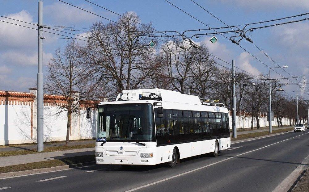 Ještě jeden pohled na testovací parciální trolejbus, jenž by měl být min. na rok pronajat do Prahy. (foto: Zdeněk Kresa)