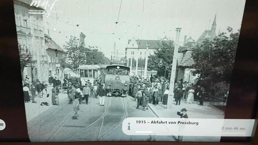 Zľava vlak miestnej dopravy Prešporok-Kopčany a diaľkový vlak Prešporok - Viedeň. (Zbierka Hungarian National Film Archive.Foto: Peter Martinko)