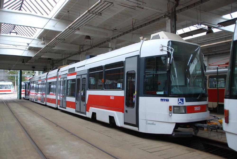 Vůz RT6N1 ev. č. 1803 již v době po odstavení z provozu v areálu vozovny Medlánky. (foto: Libor Hinčica)
