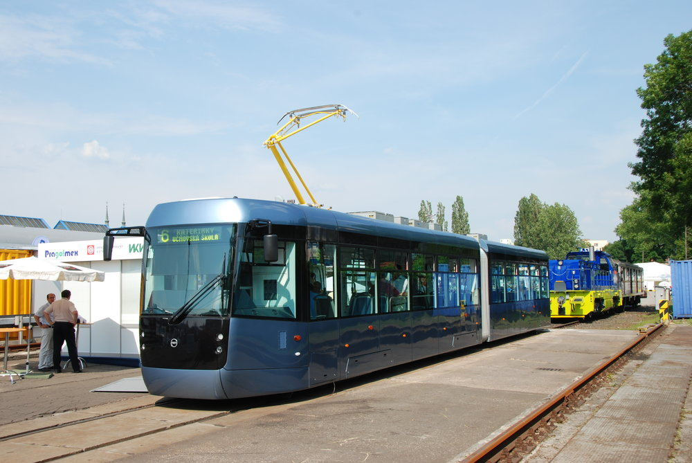 Prototyp tramvaje EVO2 je prozatím jediným vozem svého typu. Svým provedením odpovídá požadavkům mosteckého tendru na nové vozy. (foto:Libor Hinčica)