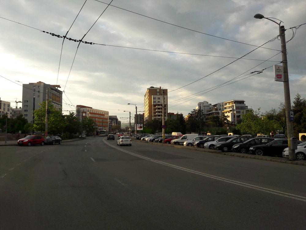 Po ulici Theodor Mihali (východně od centra) je v plné délce natažena pouze jedna stopa, ta druhá je, jak lze vidět, přerušená. Funkční stopa je využívána linkou č. 25, která je řešena jako polookružní.