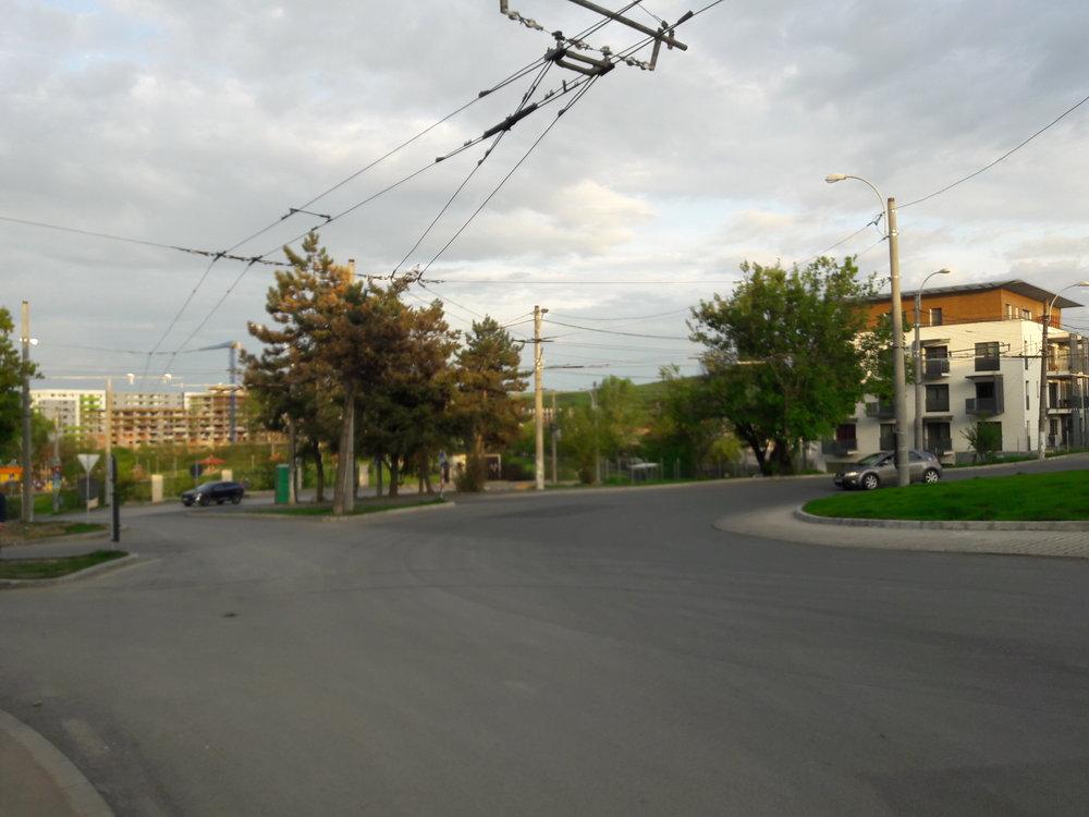 Z kruhového objezdu, který slouží jako konečná linky č. 3 a je průjezdný pro linku č. 25, vedou stopy i do nedaleké vozovny.