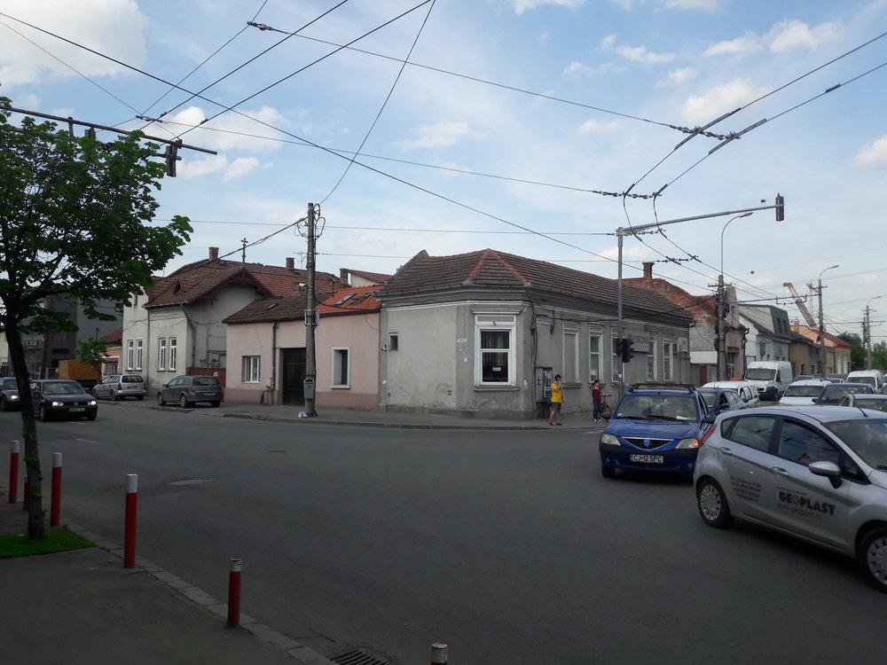 Snímek byl pořízen nedaleko zastávky Poliția Est. Levá stopa vede od vlakového nádraží, kde končí linky 3, 4 a 5 (k nádraží se dostávají jinou ulicí), pravou využívá linka č. 1 (jedoucí z konečné Piața 1 Mai), která taktéž v opačném směru využívá částečně jiného směrování.
