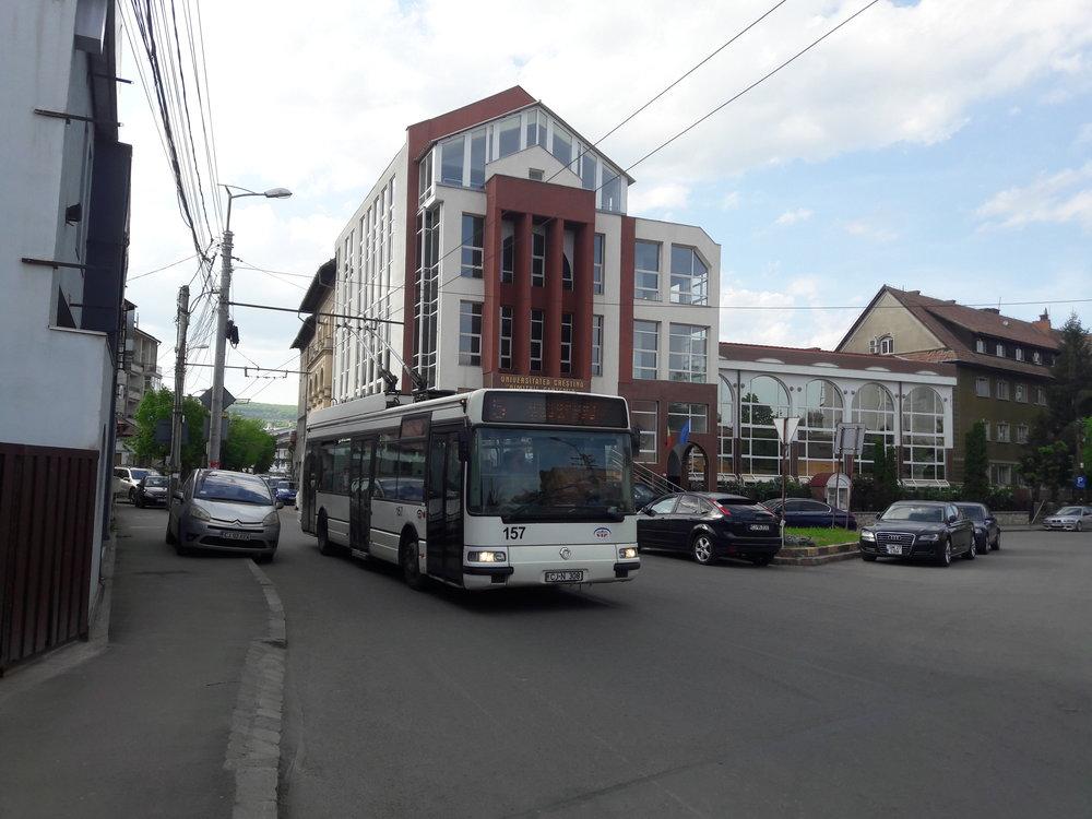 Trolejbus nedaleko vlakového nádraží.