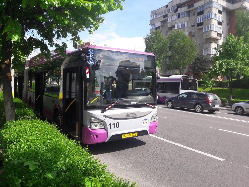 Trolejbus Astra Town 118 v západní části vykázal problém s výzbrojí, a tak při čekání na svou opravu odpočívá pod korunami stromů (27. 4. 2018).