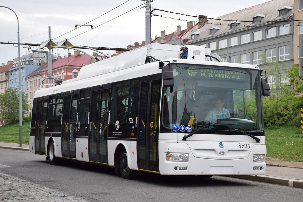 Trolejbus Škoda 30 Tr s již nalepeným ev. č. 9506 během zkoušky nabíjení na Palmovce. (foto: DPP; Petr Ludvíček)