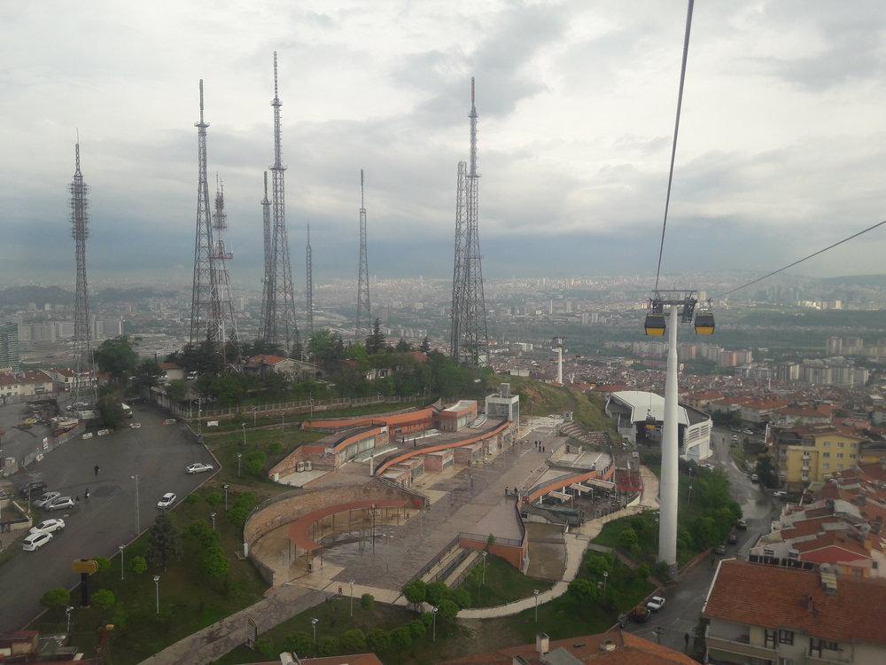 Lanová dráha má čtyři stanice. Na snímku je třetí z nich a nese název TRT Seyir. Výchozí stanice Yenimahalle nejde vidět, je ale poblíž středu pravého okraje snímku. (foto: Vít Hinčica)