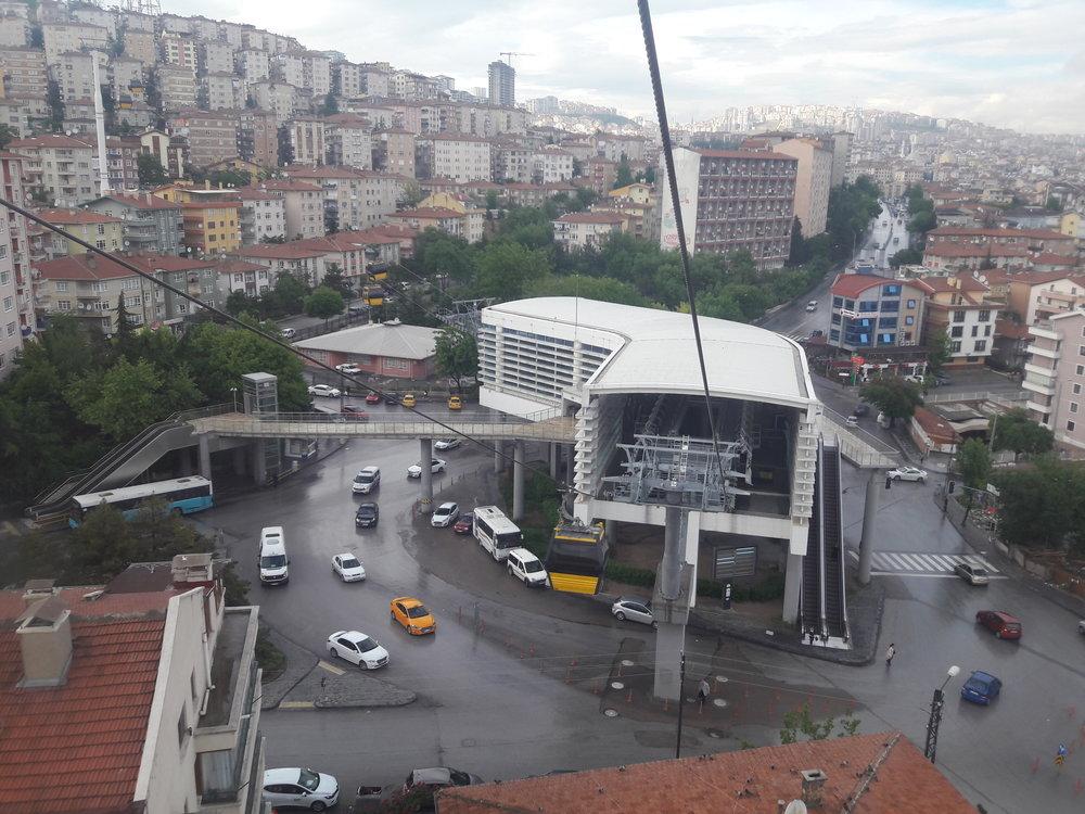 Příjezd do druhé stanice Yunus Emre. Vlevo trať pokračuje směrem ke kopci s vysílači.