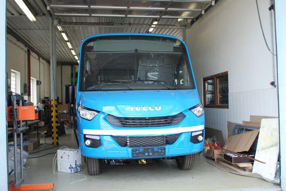 Minibus DEKSTRA LE37 pro DP Ostrava ve výrobním závodě během finální montáže.