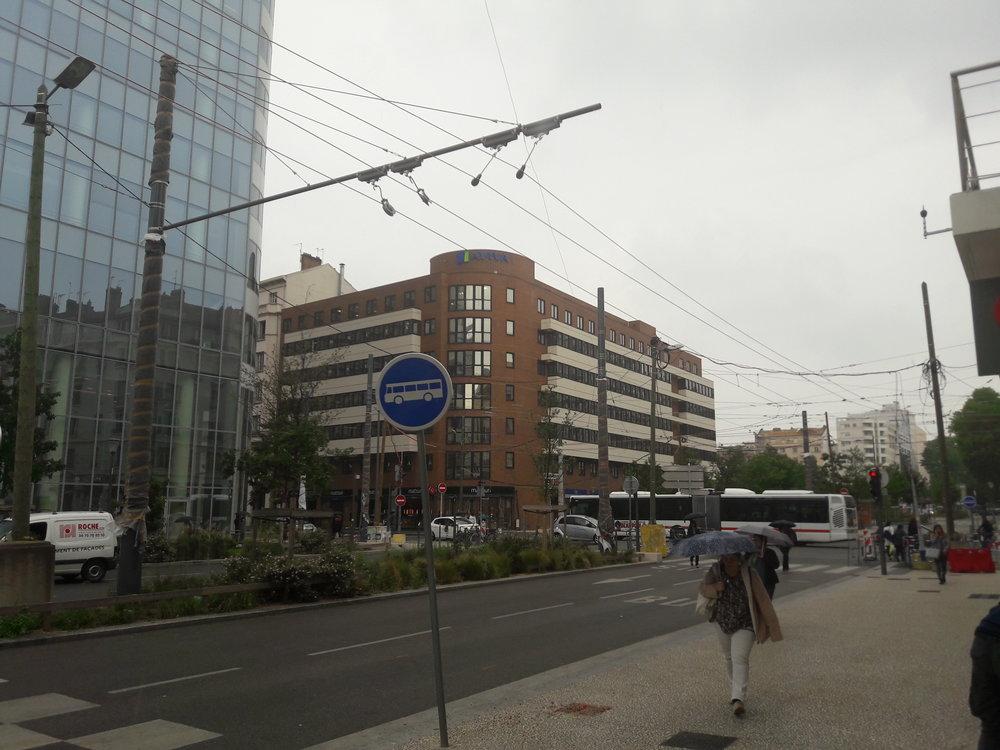 V širším centru města dochází nyní k rekonstrukci některých ulic a spolu s tím je i modernizováno trolejové vedení. Ve směru, kterým jede autobus, bude samostatný koridor pro trolejbusovou linku C3. Snímek je ze dne 16. 5. 2018. (foto: Vít Hinčica)