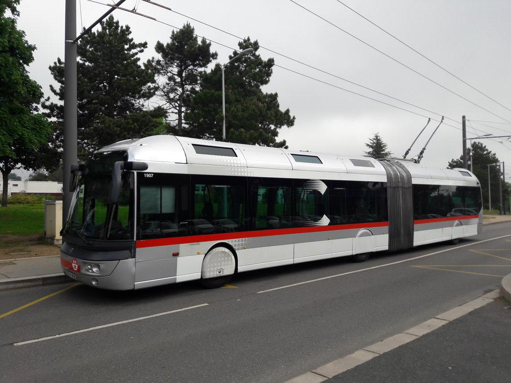 Trolejbus na lince C1 na konečné Cuire.