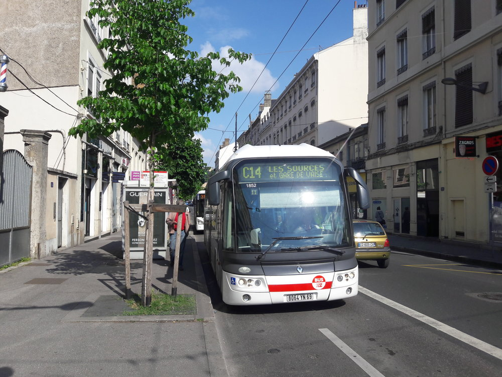 Trolejbus u stanice metra Valmy.