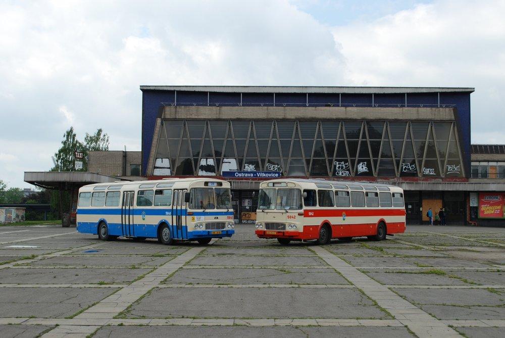 Historický autobus Karosa ŠL 11 dopravce Arriva Morava se pomocí polepůproměnil jeden den na autobus ev. č. 6540 a připomněl, jak vypadaly autobusy ŠL 11 ve službách ostravského DP. Na snímku je autobus společně s historickým vozem ostravského DP typu ŠM 11 před (bohužel zanedbanou)budovou nádraží Ostrava-Vítkovice.(foto: Libor Hinčica)
