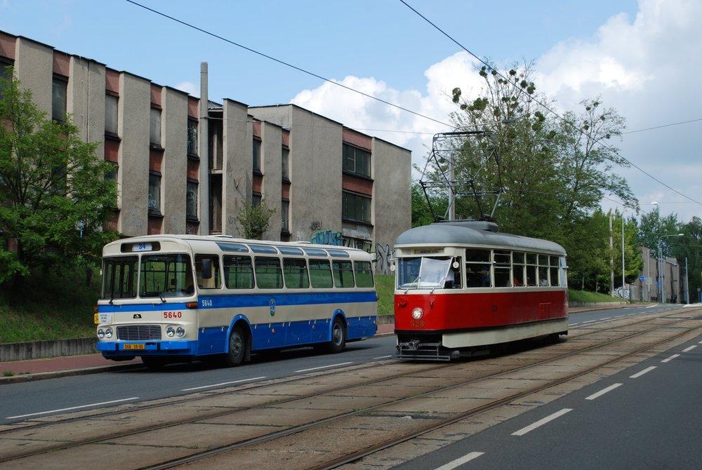 Vůz Karosa ŠL 11 a historická tramvaj T1 ev. č. 528. (foto: Libor Hinčica)