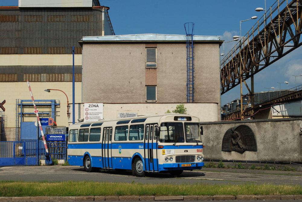 Takto vypadaly autobusy Karosa ŠL 11, jež sloužily u ostravského DP. Poslední z nich vezl cestující ještě v roce 1990. (foto: Libor Hinčica)