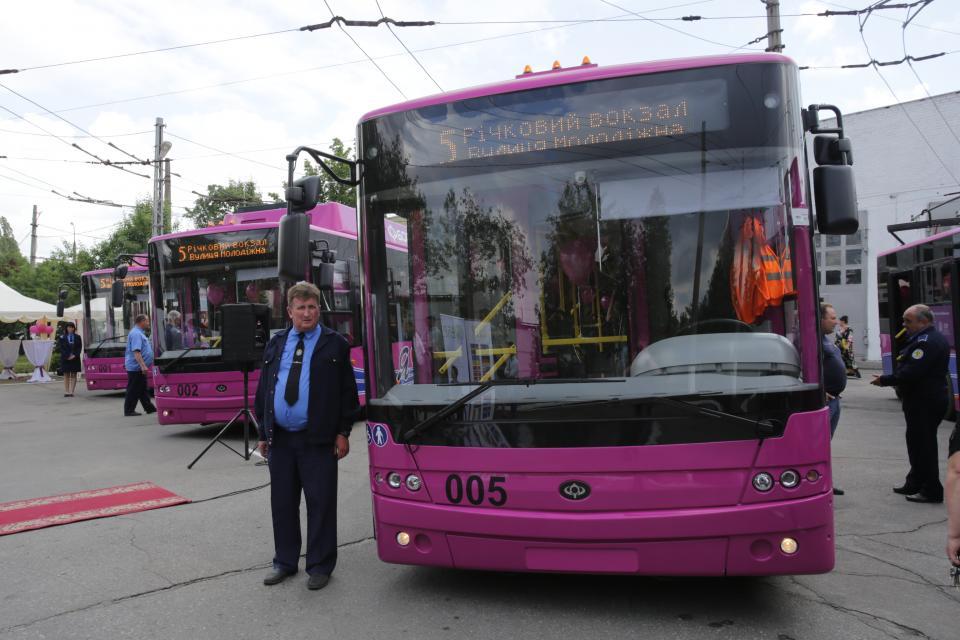 Barevné provedení neumožní, aby trolejbus lidé na ulicích míjeli bez povšimnutí. (foto: město Kremenčuk)