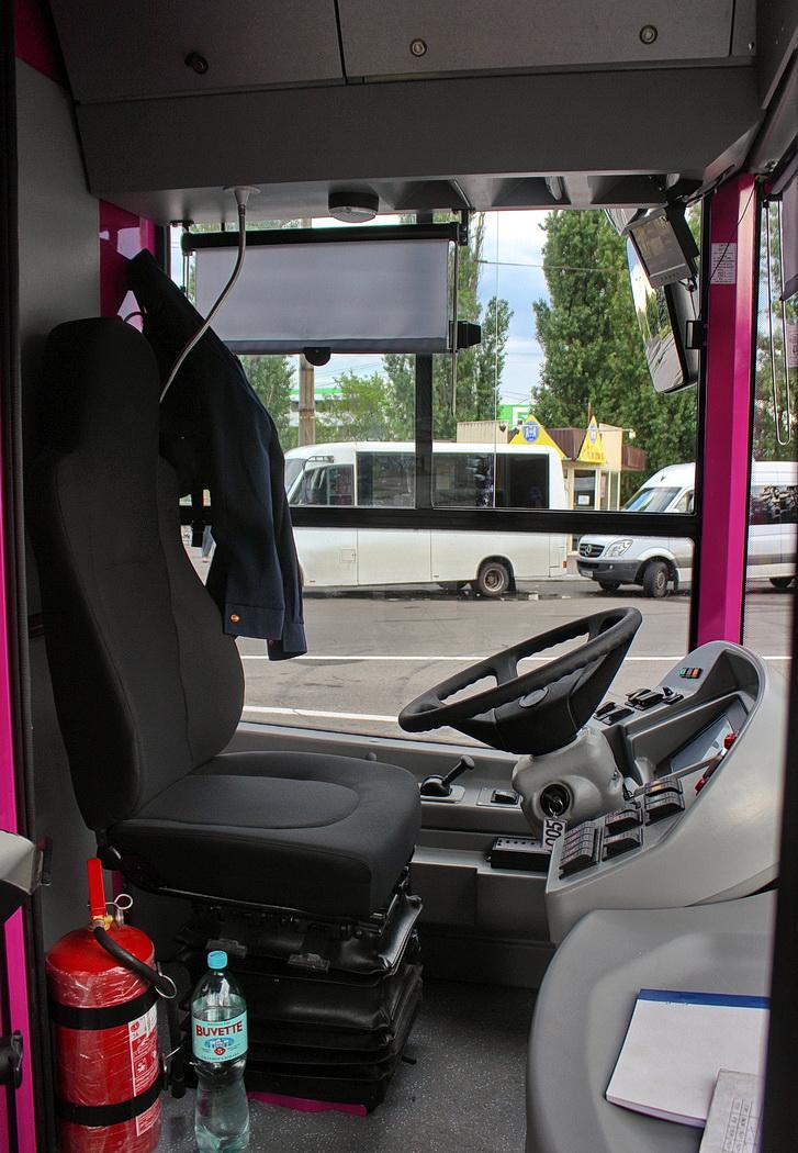 Vlevo: trolejbus dne 18. 5. 2018. Vpravo: stanoviště řidiče. (foto: 2x Alexandr Kaliničenko)