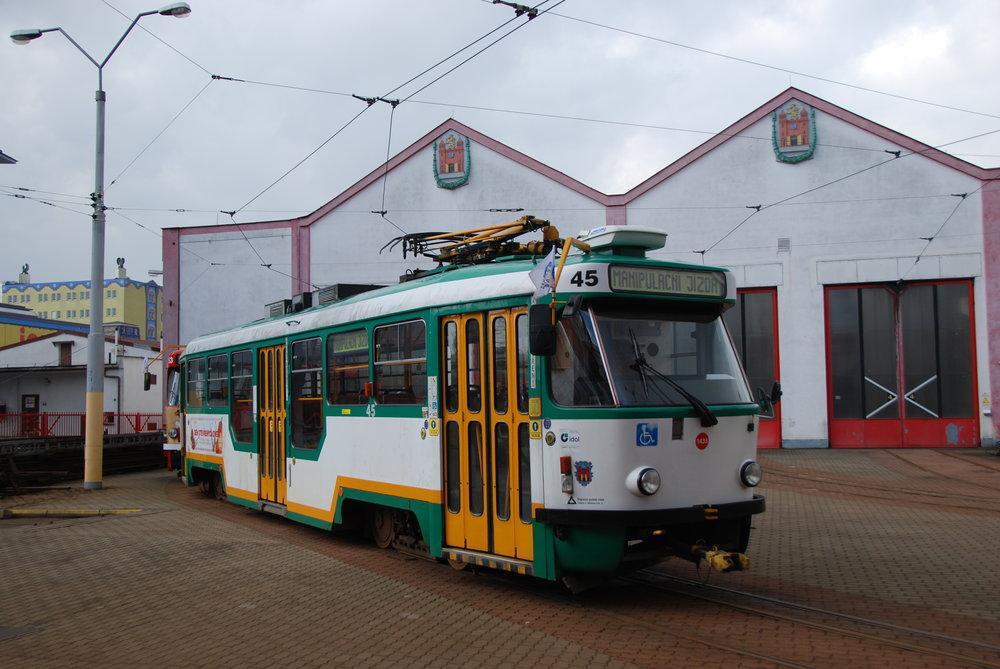 Tramvaje T3 s nízkopodlažní částí nabízejí cestujícím jako přidanou hodnotu hlavně onu nízkopodlažní část, zbytek komfortu odpovídá standardu modernizací tramvají v ČR ve druhé polovině90. let minulého století. (foto: Libor Hinčica)
