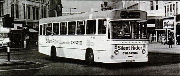 Silent Rider (modifikace autobusu Seddon RU33) byl dalším z vozidel, které ve Velké Británii vzniklo po první ropné krizi, navíc v kontextu šířícího se všeobecného znepokojení ohledně horšící se kvality životního prostředí. Nicméně ani ono nevydrželo v provozu dlouho. Na britských ostrovech se však elektrobusy snažily marně prosadit mnohem dříve. Například není bez zajímavosti, že už v roce 1906 tehdy čerstvě založená London Bus Company slibovala, že do roka zaplaví ulice hlavního britského města 300 elektrobusy (se stejným nápadem přišla loni Moskva a zdá se, že se stane realitou, prvních 200 vozů bylo v květnu 2018 vysoutěženo). První elektrobus se objevil o rok později, jenže kyselinové výpary z baterií cestující obtěžovaly a technologie samotná byla nespolehlivá, a proto se v Londýně žádná elektrobusová revoluce nekonala a daná společnost roku 1910 zkrachovala. Od té doby se elektrobusy v ulicích světových měst nemohly, nejednou navzdory masivní finanční podpoře, prosadit a teprve v tomto století se stávají denní realitou, byť za často diskutabilních okolností. (zdroj: repro z časopisu New Scientist, vydání z 17. července 1986)