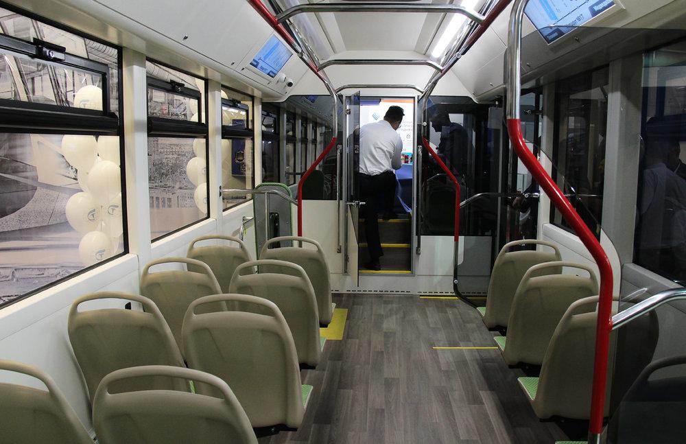 """Elektrobus Pioněr nabízí 29 míst k sezení a jeho celková obsaditelnost je 85 osob. To není, vzhledem k """"batohu"""", který vůz táhne, žádný zázrak. (foto: Nikita Lapin)"""