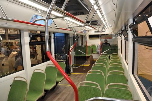 """Výrobce uvádí, že je elektrobus 100% nízkopodlaží. To je však v dnešní době u vozidel MHD už poněkud očekávaný standard. Vzhledem k tomu, že podobné uspořádání interiéru nabízejíleckteré autobusy i trolejbusy, nejedná se o žádnou komparativní výhodu.(foto: PK """"Transportnyje Sistěmy"""")"""