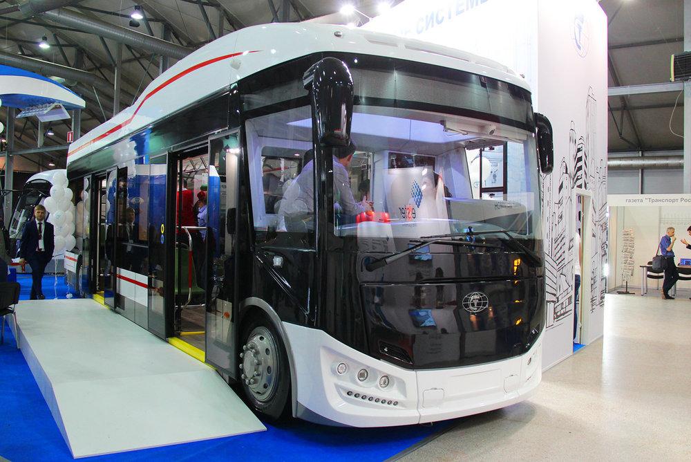 Elektrobus má předsuvné dveře. Jeho délka i s přívěsem činí 11 710 m.(foto: Nikita Lapin)